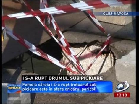 I s-a rupt trotuarul sub picioare! O bărână din Cluj era să cadă în Someş