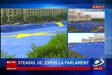 Steagul imens al Uniunii Europene, expus în faţa Palatului Parlamentului