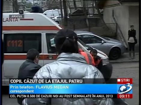 Un copil de numai 4 ani din Baia Mare a căzut de la etajul 4