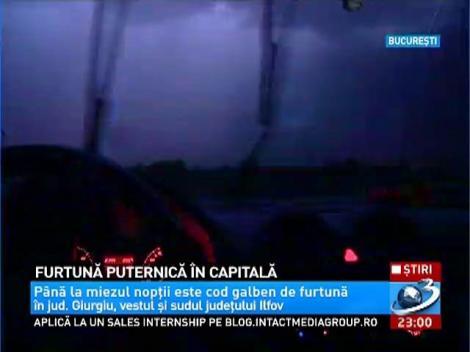 O furtună puternică s-a abătut asupra Capitalei în această seară