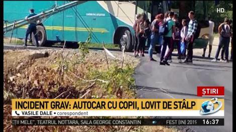 Un autocar plin cu elevi, implicat într-un accident grav, în Maramureș! Un stâlp s-a prăbușit printr-un geam! Imagini ce vă pot afecta emoțional! Video