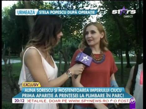 Alina Sorescu împreună cu fetiţa sa în parc