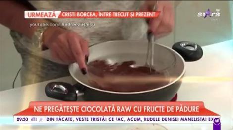 Andreea Raicu a pregătit desertul ei preferat: ciocolată raw cu fructe de pădure