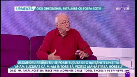 Alexandru Arșinel nu se poate bucura de o bătrânețe liniștită. Acasă își vede soția imobilizată, la teatru vorbește cu fotografia Stelei Popescu