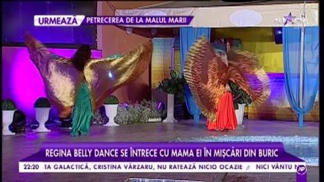 Regina belly dance se întrece cu mama ei în mișcări din buric